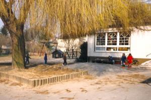 Das Außengelände der KiTa vor der ersten Umgestaltung im Jahr 1985.
