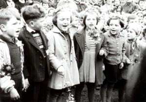 Kindergartenkinder sagen ein Ständchen zur Einweihung der Kita.