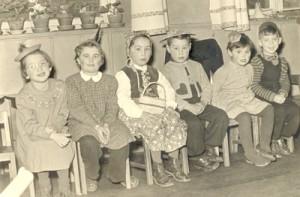Verkleidete Kinder an Fasching in den Anfängen der KiTa.